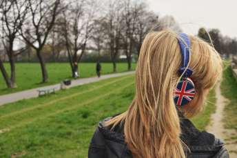 Mujer con audífonos del Reino Unido