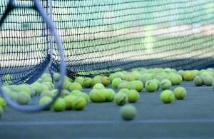 Pelotas de tenis en el suelo