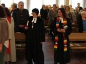 Dekanin Gabriele Schwarz und Pfarrerin Anja Raidel beim Einzug in die Pauluskirche.