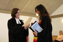Stellvertretende Seniorin Pfarrerin Sonja Scherle Schobel überreicht Pfarrerin Raidel die Urkunde.