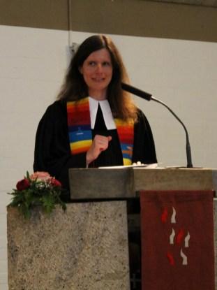 Anja Raidel bei ihrer Predigt.