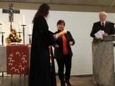 Die Pfarrgemeinderatsvorsitzenden von St. Peter/St. Willibald überreichen die Jubiläumskerze von St. Peter in ökumenischer Verbundenheit.