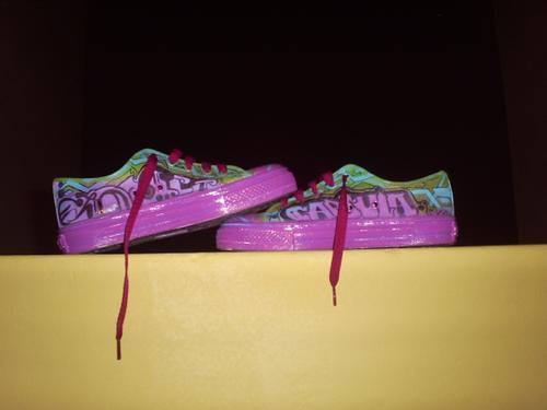 Imagen de las zapatillas de la graffitera brasileña Mishap