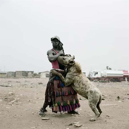 Fotografía de la serie La hiena y otros hombres de Pieter Hugo
