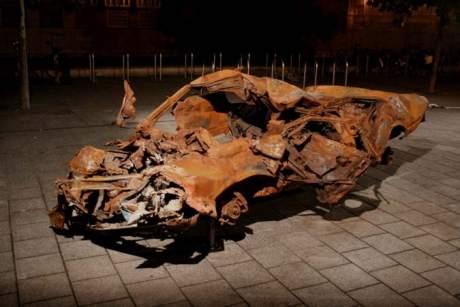 La obra Anatomía de los restos de un coche bomba de Jonas Staal y Segbars