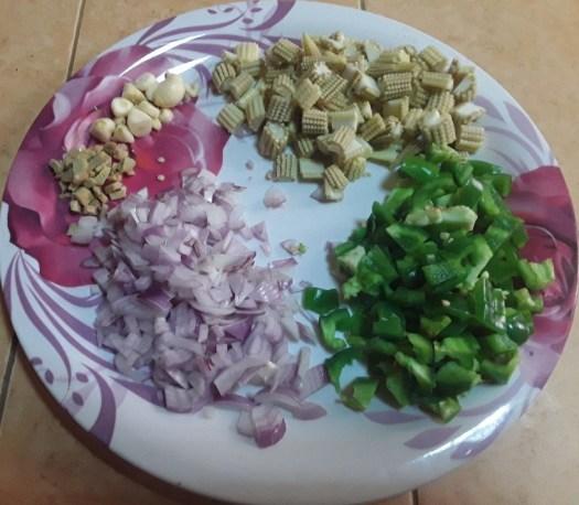 நறுக்கிய வெங்காயம், பூண்டு, குடைமிளகாய், இஞ்சி,பேபி கார்ன்