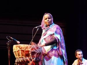 Aziza Brahim : la chanteuse voix du Sahara Occidental.