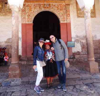 coppia di turisti con donna in abiti tipici peruviani