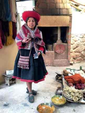 ragazza in abiti tipici peruviani mostra la lana di alpaca