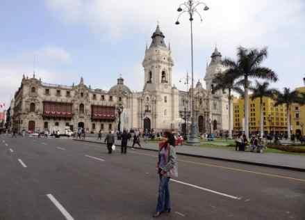 turista in posa nelle strade di Lima