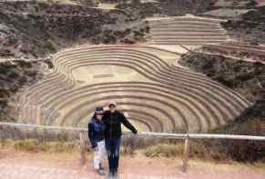 coppia di turisti posano davanti ad un sito archeologico