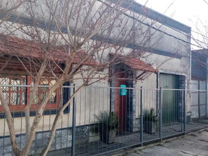 Se vende casa de 2 dormitorios en ciudad de Rocha , muy bien ubicada a 6 cuadras del centro .