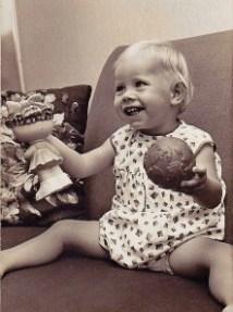 Margot op de bank, 16 maanden