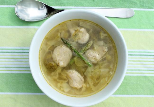 Suppe av nykål og suppeboller av medisterfarse