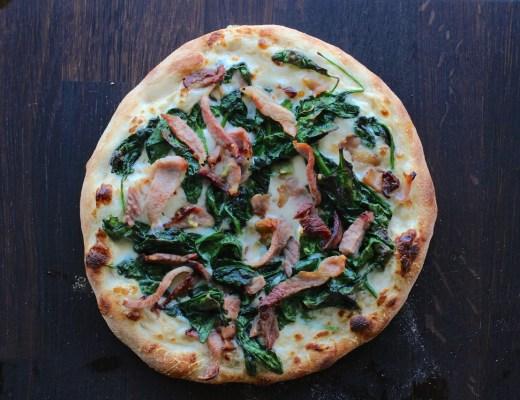 Pizza med spinat bacon og bechamel