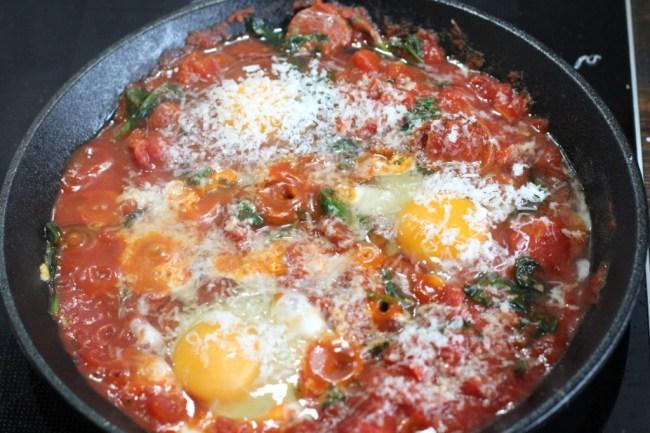 Posjerte egg i tomatsaus
