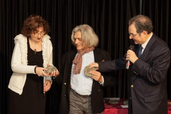 Il giornalista Borghini di Toscana TV consegna il premio a Innocente Foglio