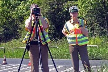 """Deutsch: Polizeibeamter bei Geschwindigkeitsmessung mit Lasergerät Fotograf: Christian """"VisualBeo"""" Horvat Datum: 27.05.05 Foto: Canon EOS 300D (Photo credit: Wikipedia)"""