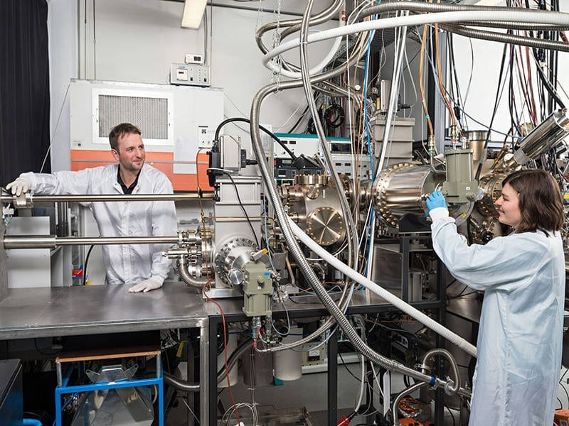 Benedikt Mayer and Lisa Janker at the epitaxy facility at the Walter Schottky Institute, TU Munich – Foto: Uli Benz / TUM