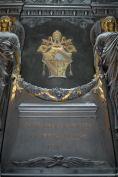 Rilievi e sculture eseguite da Godin con i tre angeli che rappresentano le Virtù Teologali: Fede, Speranza e Carità.