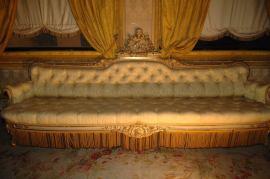 Tendaggi in tessuto Moire Damascato giallo-oro con finiture in passamaneria realizzata con filato di viscosa, cotone e metallo