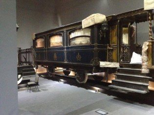 Carrozza adibita per ricevimenti con annessa piccola stanza privata completa di bagno.