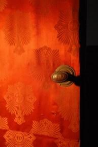 Maniglia in bronzo con scritta PPIX. Parato in tessuto di seta personalizzato.