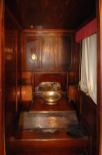 Bagno privato con rivestimento in legno di mogano