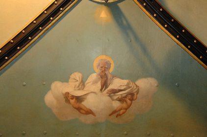 L'interno è riccamente adornato di fregi e pitture realizzate da artisti quali Gerome e Cambon