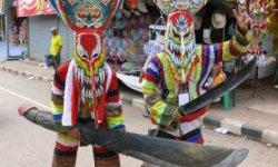 Maschere sfoggiate al Phi Ta Khon