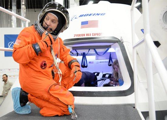 NASA mostra interior de sua nova cápsula espacial