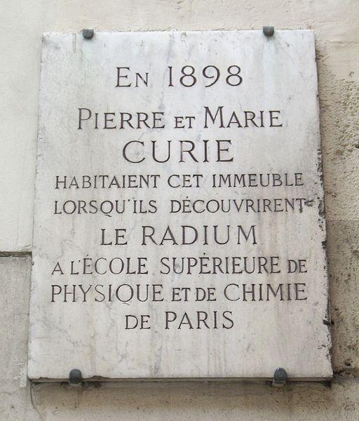 Placa indicando o lugr onde vivia o casal Curie quando da descoberta do Radio
