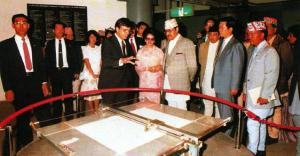 "James Ogul shows ""Aaron"" the sketching robot to the King and Queen of Nepal, in the US Pavilion at Tsukuba Expo 85"