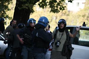 La Polizia minaccia un fotografo
