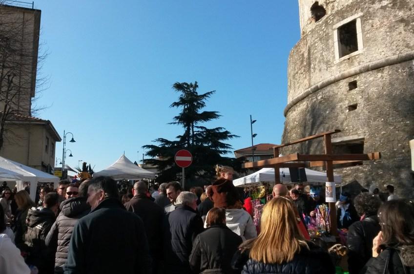 Folla sotto alla torre di Castruccio - Avenza