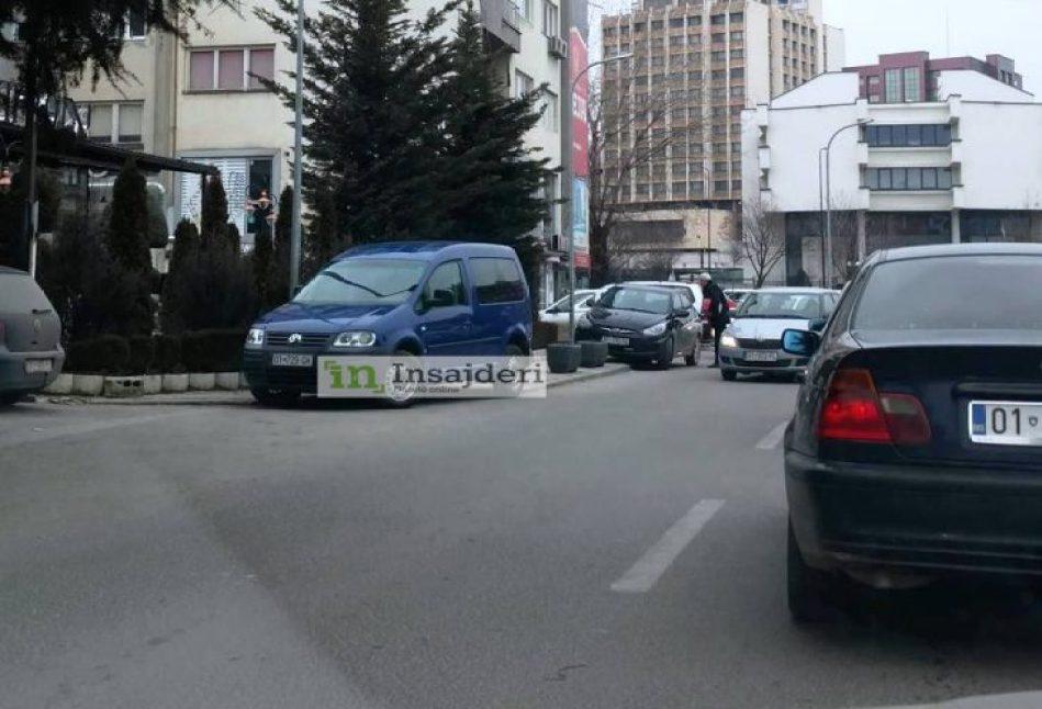 makin-730x411 Gjergj Dedaj parkon veturën zyrtare në zebra, shkon për të pirë kafe