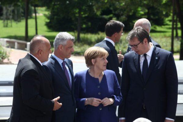 merkelhv4-1-730x487 Kush e solli Thaçin nga rendi i tretë për foton me Merkelin e Vuçiq në Sofje?