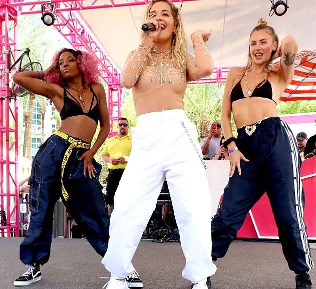 rita-syze Rita Ora trondit me gjoksoret e ngushta të ndezura