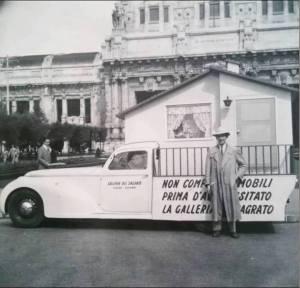 Giro promozionale della Galleria Del Sagrato (qui davanti alla Stazione Centrale) anni '50