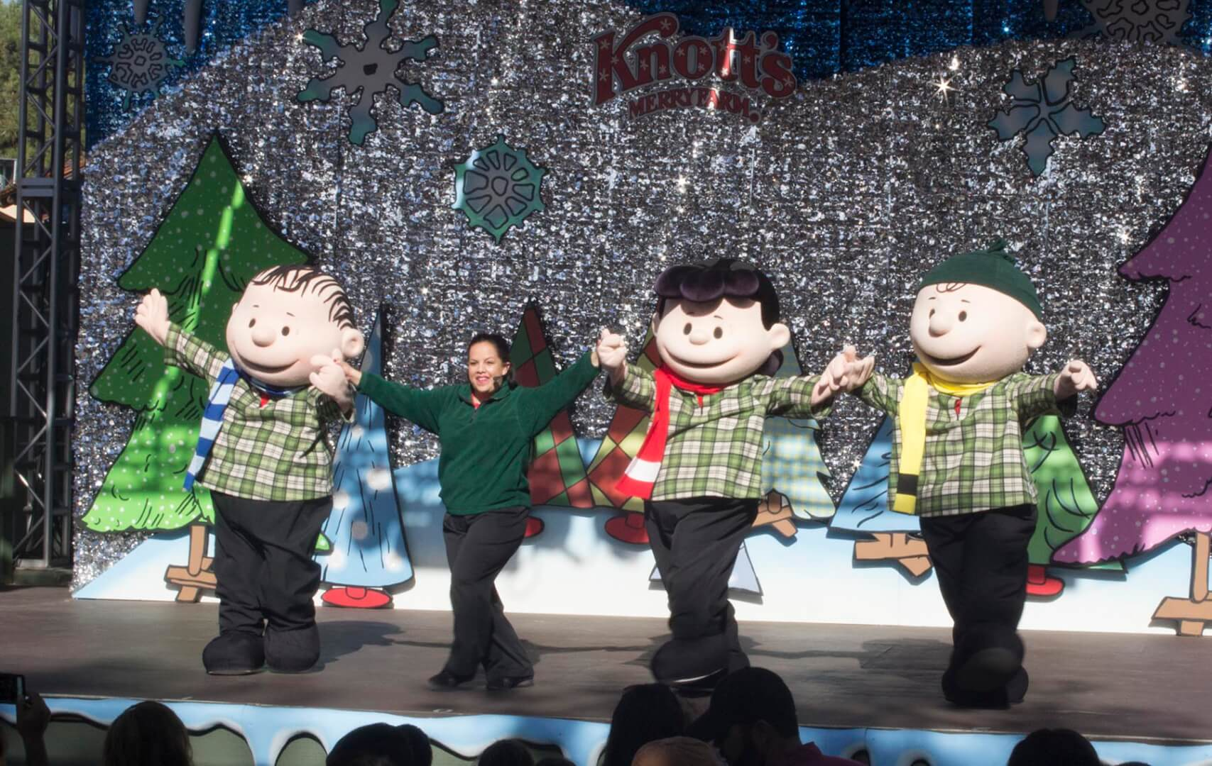 Knott\'s Merry Farm offers casual Christmas entertainment with ...