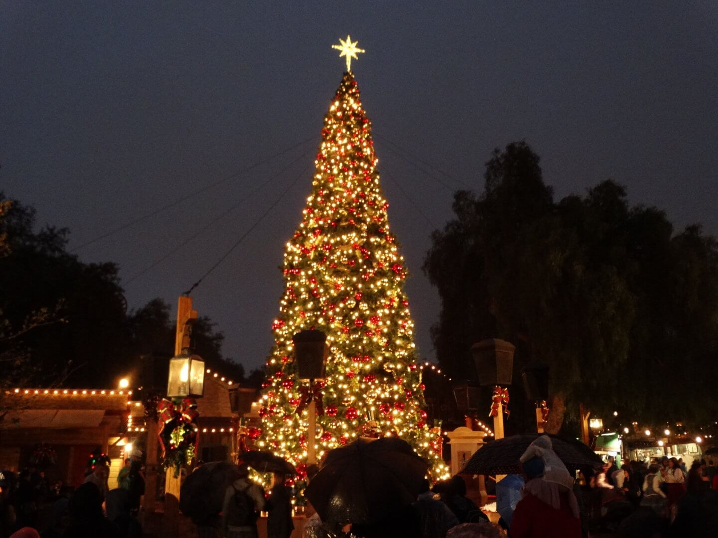 VIDEO: Knott\'s Merry Farm returns with Santa, snow, and holiday ...