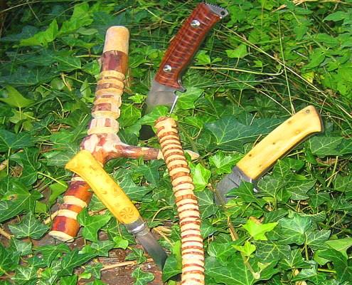 Messer und Musterbeschnitzte Stöcke