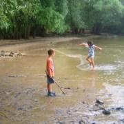 Kinder am Mainstrand im Wasser