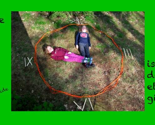 zwei Kinder als Uhrzeiger