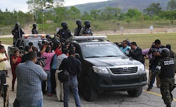 Press surrounds members of the Sarmiento family detained in Nicaragua in July 2015