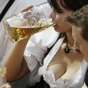 mulher_cerveja_2-omundodosmachos1