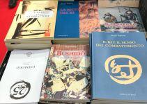 Disposizione di libri sulla bancarella della fiera