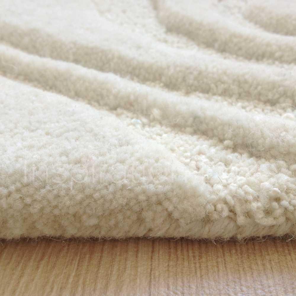tapis beige creme en laine a reliefs create par ligne pure