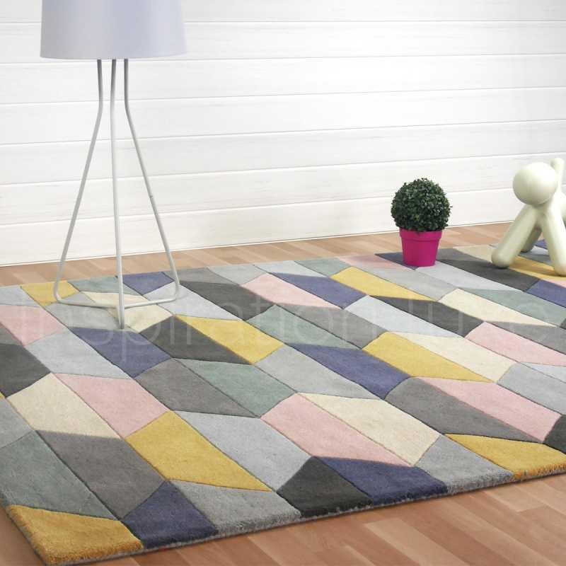 tapis graphique multicolore et pastel aux motifs geometriques