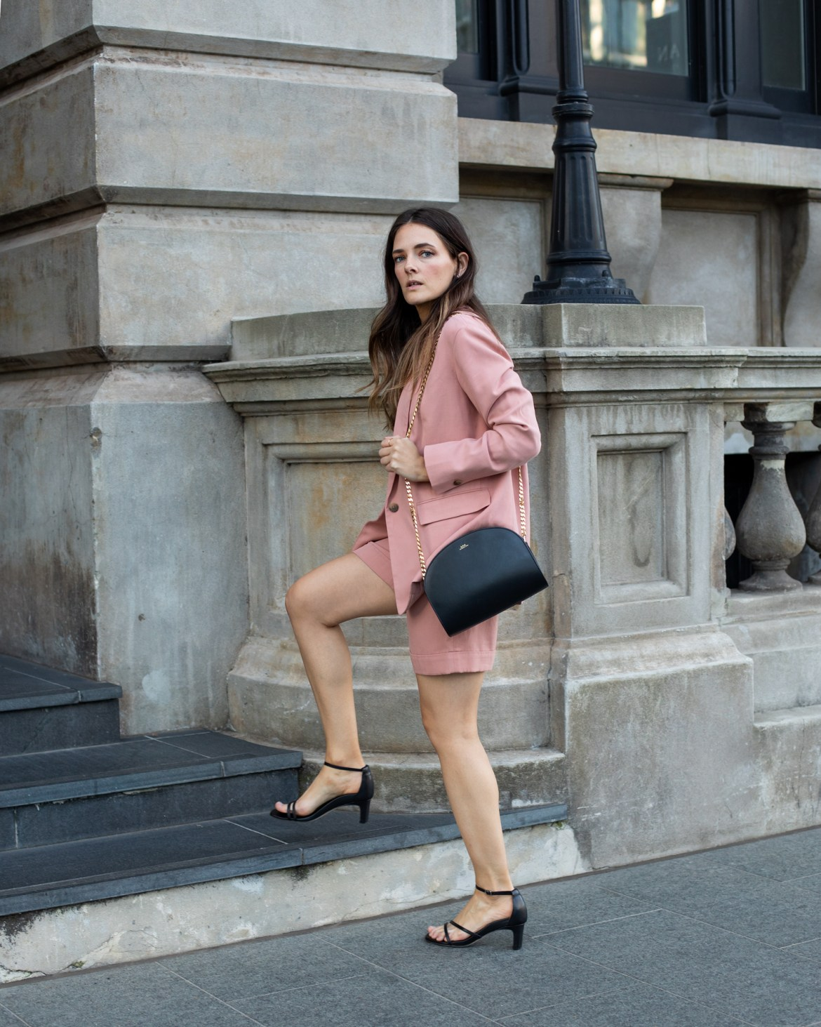 Everlane summer shorts suit in dusty pink. How to wear a matching set suit and look chic for summer days
